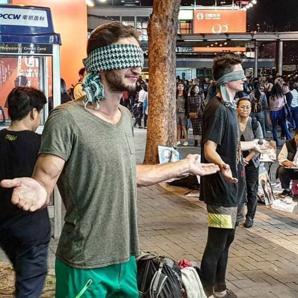 Dân châu Á 'phát bệnh' với cảnh Tây balo ngồi ngửa tay xin tiền để... đi du lịch vòng quanh thế giới