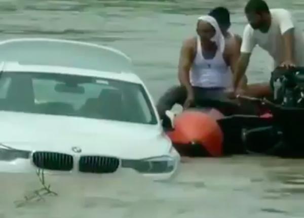 Thanh niên Ấn Độ ném xe sang xuống sông vì bố mẹ tặng chiếc xe không giống mong đợi