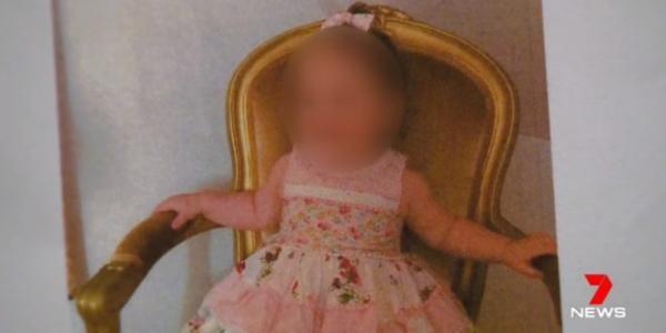 Bố mẹ ép con gái 1 tuổi ăn thuần chay đến mức suýt chết