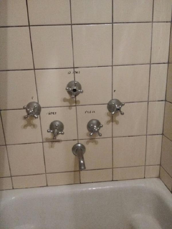 Cuộc sống vốn đã khó khăn rồi mà mỗi cái chuyện đi tắm thôi cũng làm khó nhau nữa