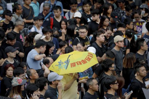 Vừa biểu tình, người Hong Kong vừa đổ xô đi xăm 3 biểu tượng độc đáo