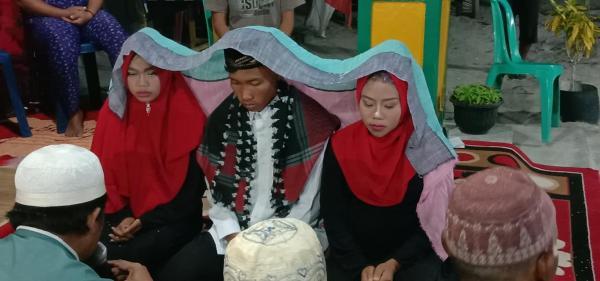 Chú rể Indonesia kết hôn với cả 2 cô bạn gái để... 'không ai phải bị tổn thương'