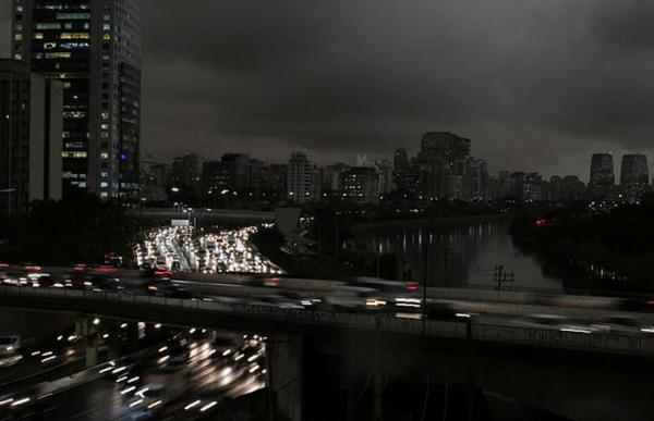 Người dân Brazil chia sẻ hình ảnh thành phố São Paulo bị nhấn chìm trong bóng tối do ảnh hưởng vụ cháy rừng Amazon