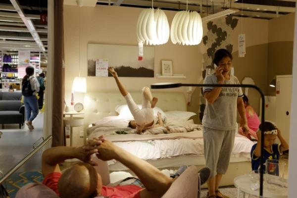 Quá bất lực, IKEA quyết định 'thả cửa' cho mọi người đến cửa hàng tại Trung Quốc để ngủ và nghỉ ngơi