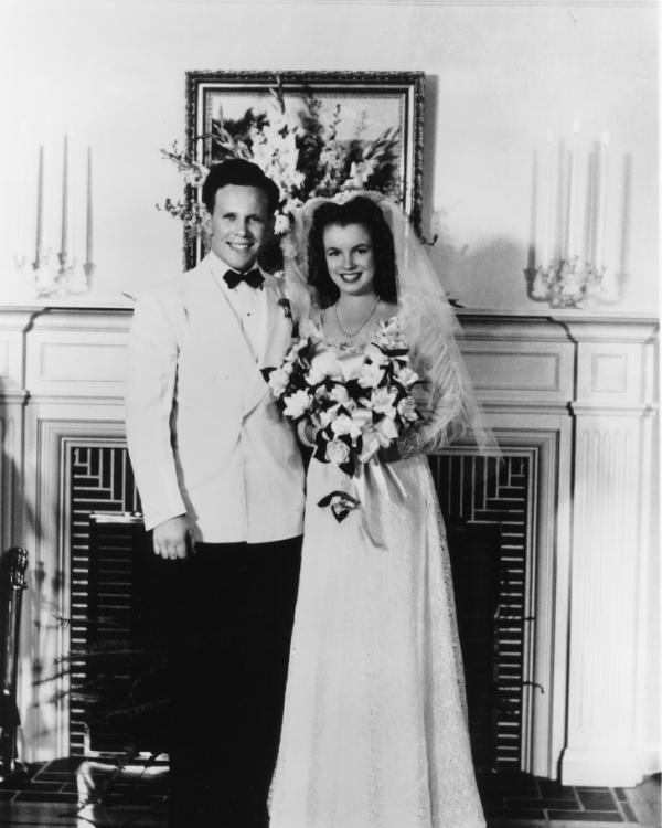 Câu chuyện tình đằng sau những tấm ảnh cưới để đời của sao Hollywood