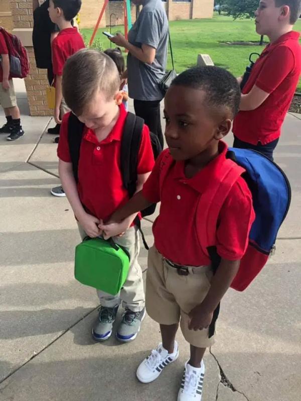 Ngọt đến mềm tim: Cậu bé 8 tuổi nắm tay người bạn tự kỷ đang oà khóc trong ngày đầu đến trường
