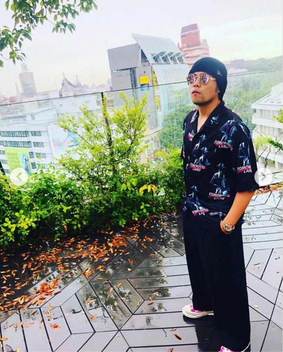 Ăn mặc giống trùm xã hội đen Nhật, Châu Kiệt Luân vô tình dọa khách 'chạy' khỏi quán cà phê