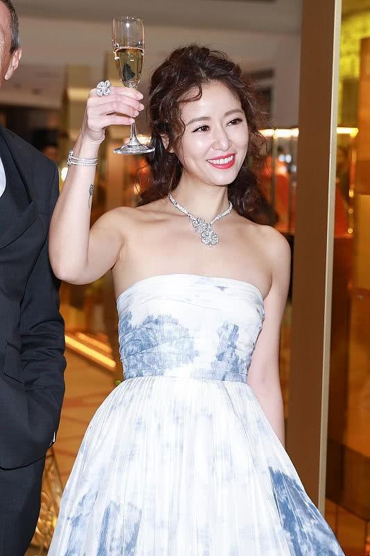 Lâm Tâm Như 43 tuổi vào vai cô nàng công sở 28 tuổi, sánh vai cùng Tiêu Chiến trong phim mới?