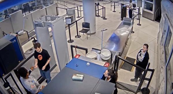 Nữ nhân viên sân bay 'vô duyên' chế giễu ngoại hình của hành khách