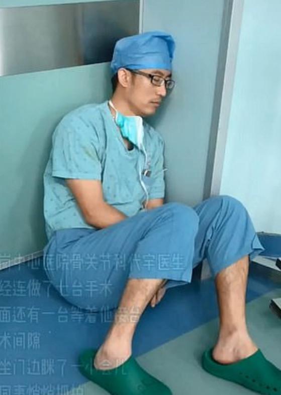 Xúc động trước câu chuyện bác sĩ phẫu thuật liên tục mổ 7 ca mà không kịp nghỉ ngơi