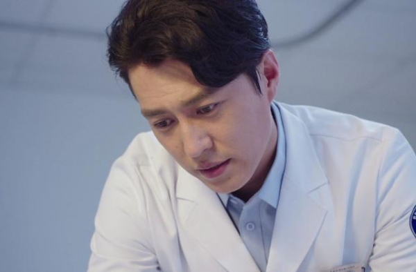 Trước bác sĩ Cố, còn có 8 bác sĩ mỹ nam trong phim Hoa ngữ mặc áo blouse xao động lòng người