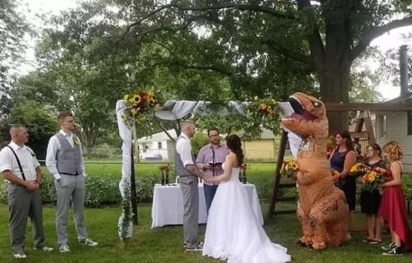 Phù dâu chơi lớn khi mặc đồ... cosplay khủng long đến đám cưới của chị mình