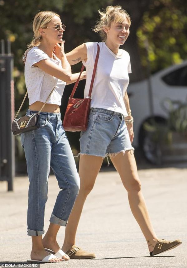 Ly hôn chưa lâu, Miley Cyrus đã dọn về 'góp lửa thổi cơm chung' với bạn gái Kaitlynn Carter