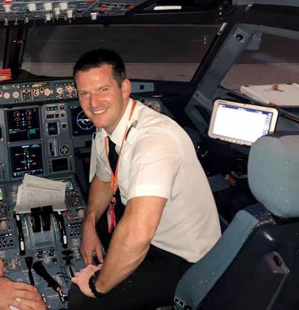 Thấy vợ không vui vì chuyến bay bị hoãn, chồng phi công đang nghỉ phép xung phong lên lái máy bay