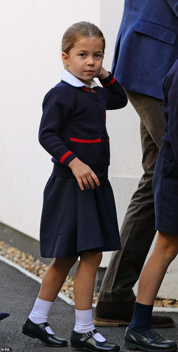 Công chúa nhỏ Charlotte xứ Cambridge ngày càng toả sáng trước ống kính truyền thông
