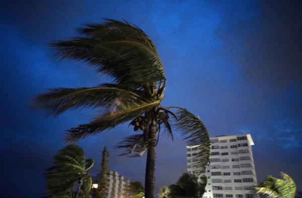 Tình người ấm áp giữa cơn bão: Người đàn ông mua 100 máy phát điện và những thứ thiết yếu để tiếp tế cho người bị nạn