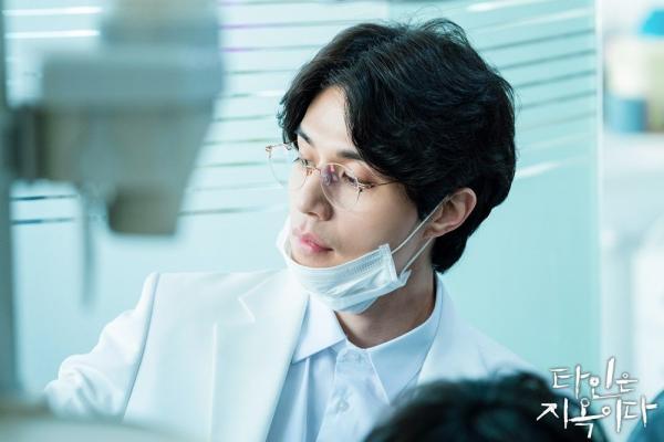 Netizen Hàn 'nổi da gà' khi Lee Dong Wook hóa thân thành sát nhân thích sưu tập răng người