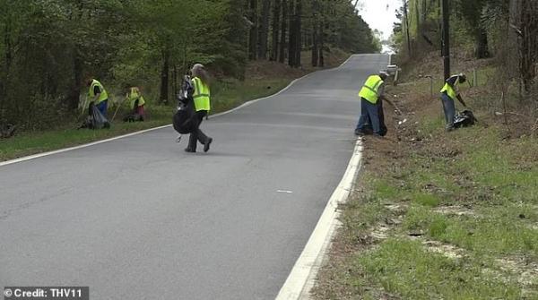 Mỹ trả 200.000 VNĐ/giờ cho những người vô gia cư tình nguyện nhặt rác trên đường phố