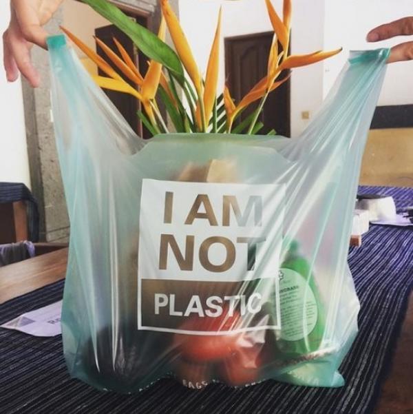 Đã đến lúc bạn 'cứu' Trái Đất bằng cách sử dụng chiếc túi nhựa 'hòa tan' như phép màu này