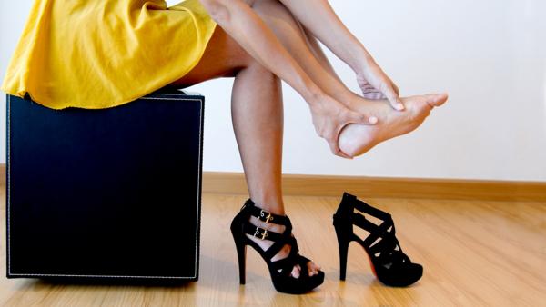 Cô gái phàn nàn suốt đêm vì bị đau chân mà không hề phát hiện mình đang đi giày ngược
