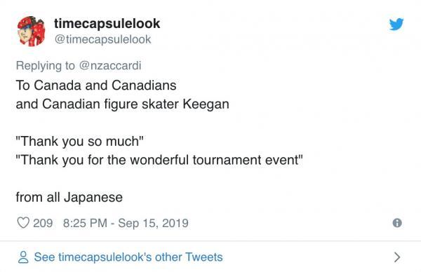 VĐV trượt băng Canada giúp giương cờ cho nhà vô địch Nhật Bản khi thấy lá cờ không nổi bật
