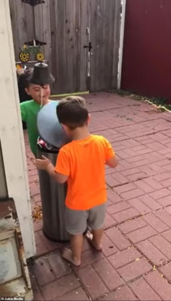 Phút vô tư giữa bộn bề cuộc sống như hai cậu bé chơi trò đánh nắp thùng rác vào mặt nhau