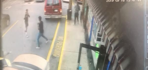 Hơn 50 học sinh đứng quay phim và nhìn bạn học bị đâm chết vì 'đi bộ về nhà cùng bạn gái cũ của người khác'