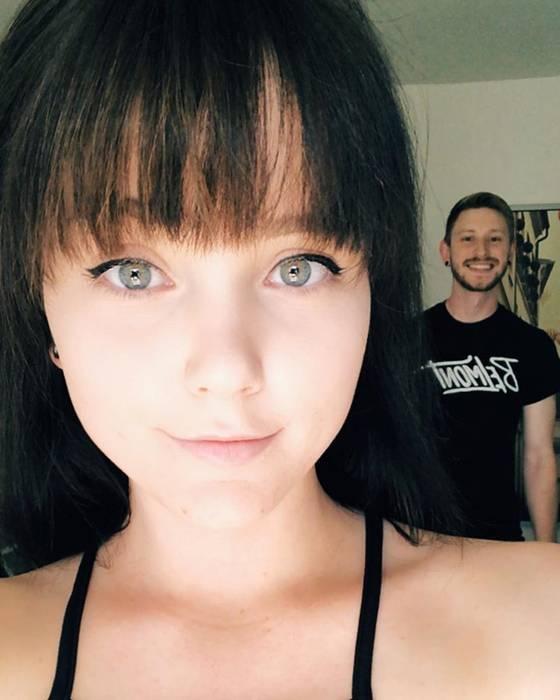 Anh trai lầy lội đưa bạn gái đến trụ sở Tinder để kỉ niệm 2 năm gặp nhau trên app tình yêu này