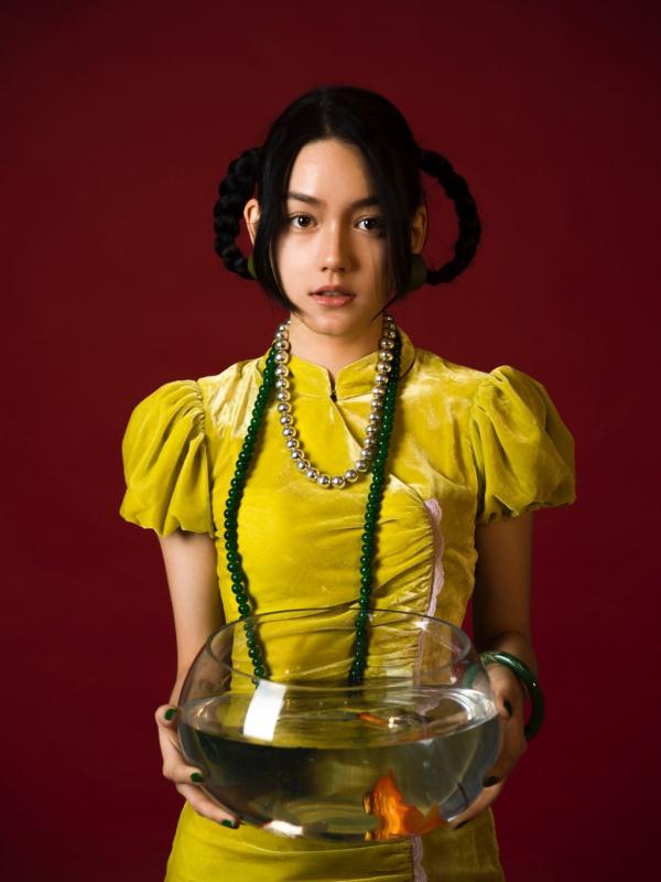 Lý Thi Dĩnh - 'Gà mới' của Angelababy gây sốt vì nhan sắc đẹp thoát tục giống Địch Lệ Nhiệt Ba