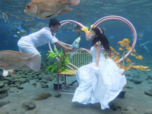 Vũng ao làng kỳ lạ ở Indonesia trở thành địa điểm nổi tiếng để chụp ảnh dưới nước