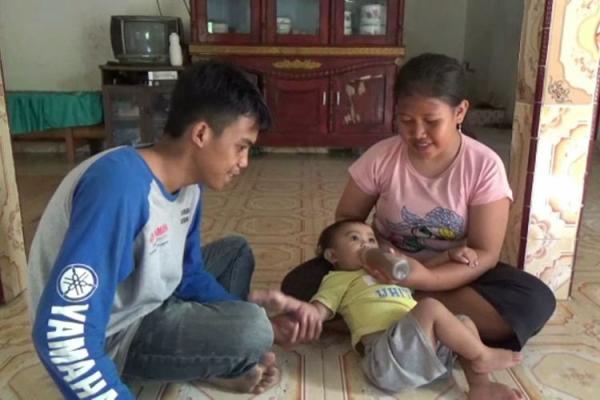 Bà mẹ cho con một tuổi bú 1,5 lít cà phê mỗi ngày vì không đủ tiền mua sữa