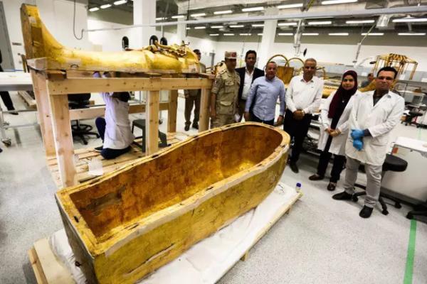 Hình ảnh lần đầu tiên tách quan tài Pharaoh Tutankhamun ra để trưng bày
