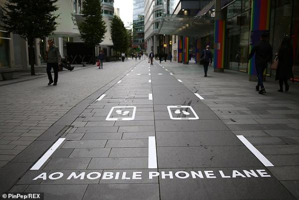 Nước Anh mở làn đường dành cho người đi bộ dán mắt vào điện thoại đầu tiên trên thế giới