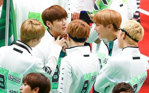 10 khoảnh khắc cho thấy rõ nhất nhân cách của Jungkook (BTS) do netizen Hàn bình chọn
