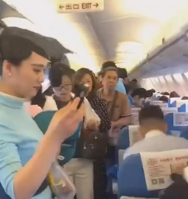 Nữ hành khách Trung Quốc mở toang cửa khẩn cấp của máy bay vì muốn hít thở không khí trong lành