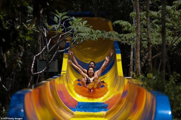 Đường trượt nước xuyên qua rừng rậm tại Malaysia đạt kỷ lục dài nhất thế giới