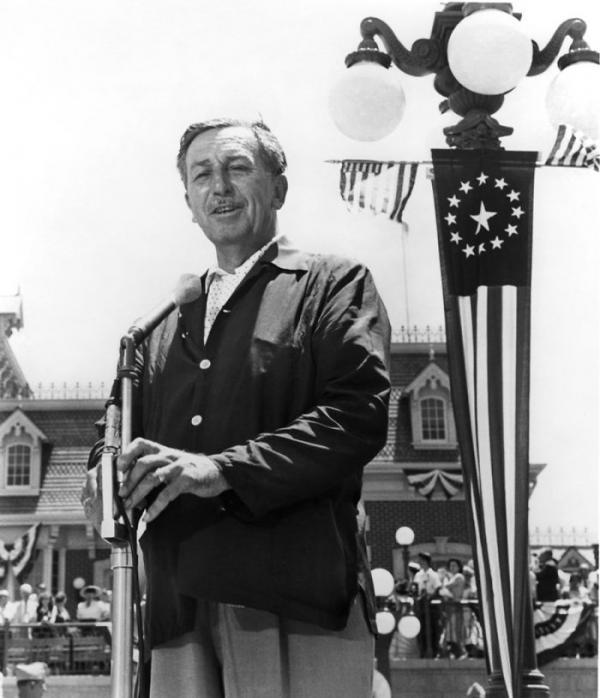 Khách hàng đầu tiên đến Disneyland vẫn được sử dụng vé vào cổng trọn đời kể từ năm 1955