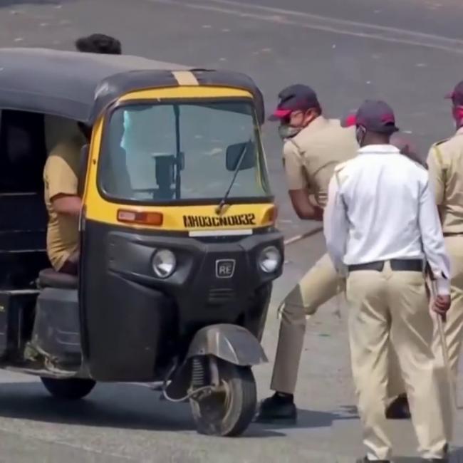Cảnh sát Ấn Độ thẳng tay với người phạm luật giới nghiêm: đánh roi, bắt hít đất, thụt xì dầu...
