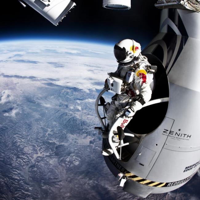 Nhảy từ rìa vũ trụ xuống Trái Đất ở độ cao 39.000m