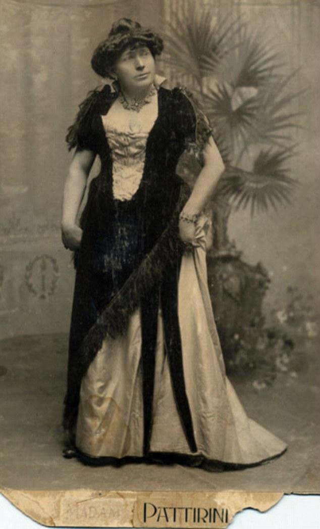 Đàn ông thời Victoria cũng mặc váy, trang điểm chụp ảnh xinh đẹp như nữ thần