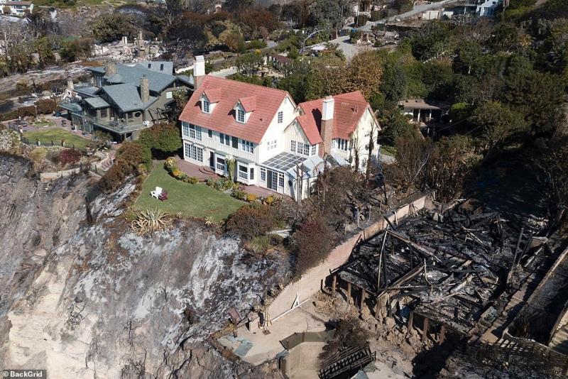 Hỏa hoạn ở California: Nhà 'Hannibal' Anthony Hopkins nguyên vẹn trong khi nhà hàng xóm xung quanh cháy rụi