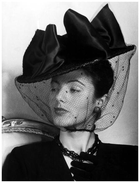 Có một thời phụ nữ đạt đến đỉnh cao của sự kiều diễm chỉ nhờ những món phụ kiện tóc vintage
