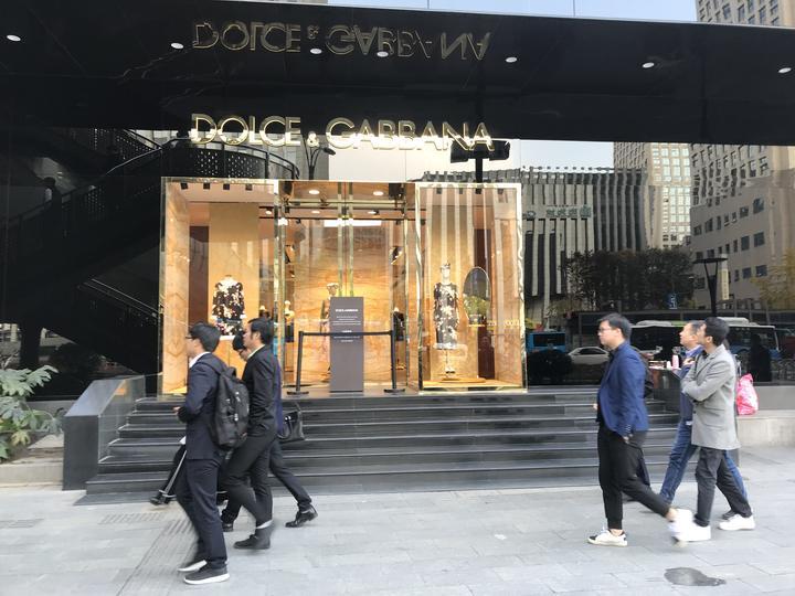 Hai nhà sáng lập Dolce & Gabbana quay video thành khẩn xin lỗi bằng tiếng Trung sau scandal nhục mạ Trung Quốc