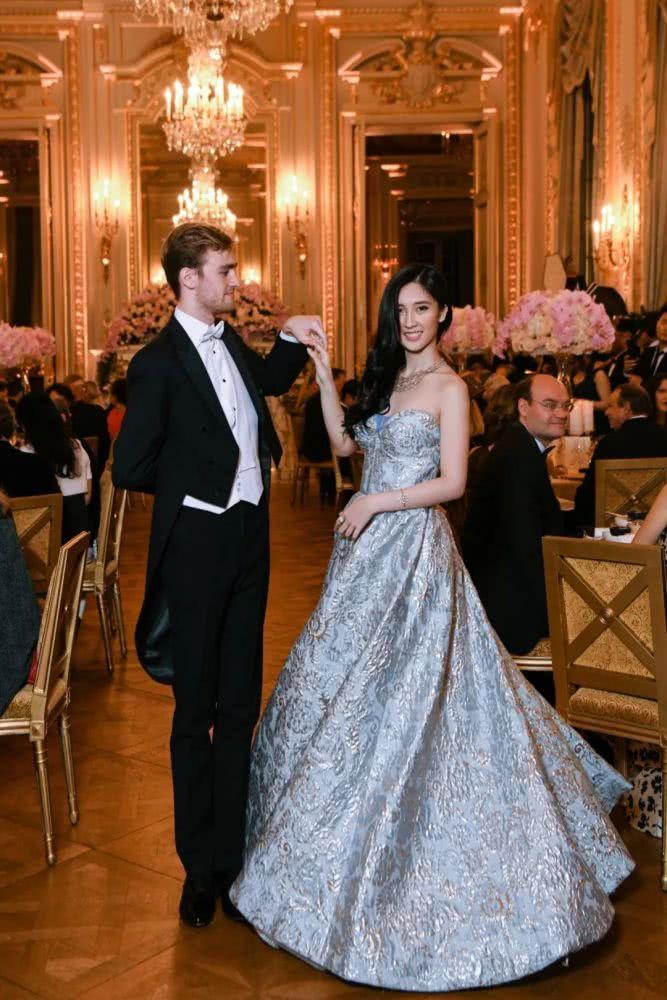 'Rich kid' Hong Kong 13 tuổi mới biết mình giàu: Nàng công chúa hoàn hảo từ nhan sắc, học vấn đến gia thế