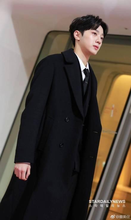 Gặp sự cố trang phục ở MAMA, Lai Kuan Lin (Wanna One) lên hot search Weibo, được Cnet khen hết lời