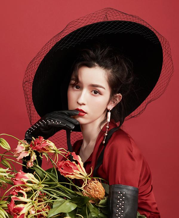 Cáp Ni Khắc Tư mặc váy trắng cầm ô đỏ: Khí chất của mỹ nữ cổ trang không đùa được đâu!