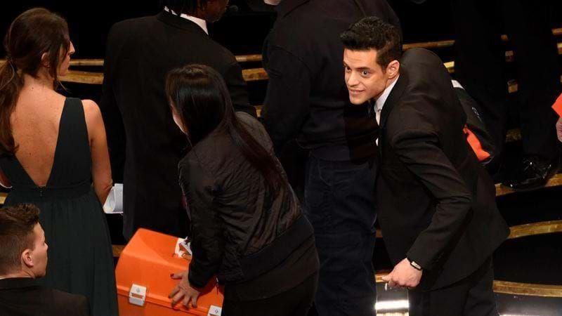 Ngã nhào khỏi sân khấu sau khi nhận giải Oscar, Rami Malek vẫn kịp nhanh tay bảo vệ tượng vàng