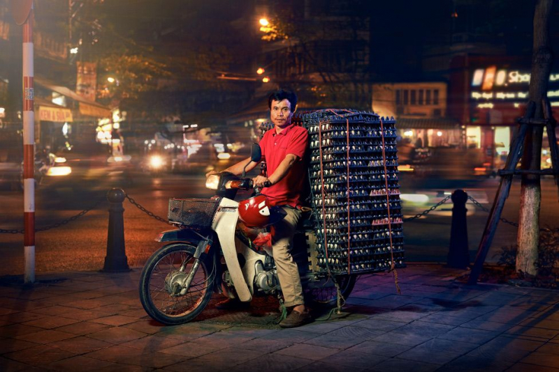 Hà Nội: Thành phố của những chiếc xe máy siêu tải thần kì qua mắt nhiếp ảnh gia người Anh
