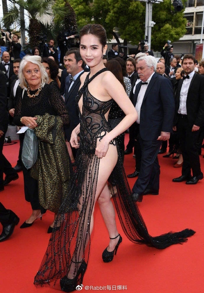 Ngọc Trinh hở bạo trên thảm đỏ Cannes, dân Trung bình luận: 'Giống yêu quái'