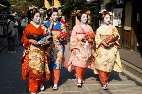 Khách du lịch đuổi theo chọc phá Geisha ở Kyoto khiến người Nhật phẫn nộ
